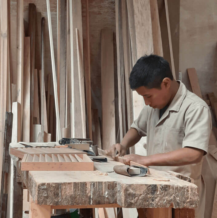 Chico-trabajando-la-madera